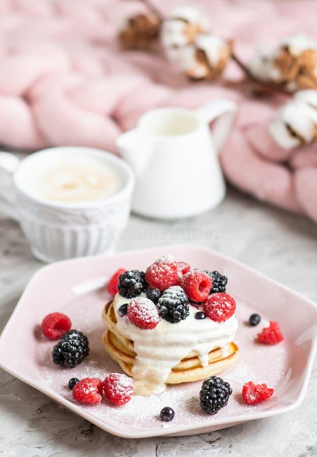 Café da manhã saudável cor-de-rosa pastel do café das bagas do creme de leite da placa da cobertura Merino gigante caseiro de lãs foto de stock royalty free