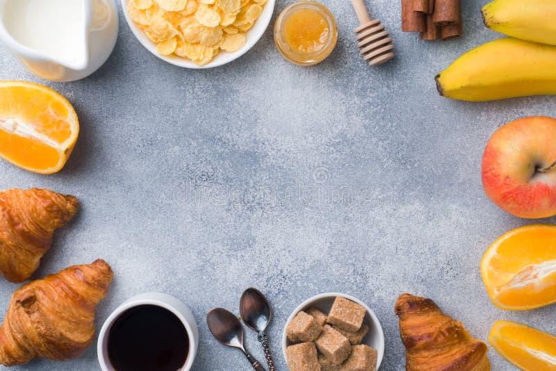 Café da manhã saudável de croissant, de leite, de mel e de fruto do café Dieta equilibrada Copie o espaço fotos de stock royalty free