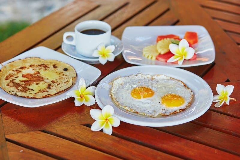Café da manhã saudável delicioso em um recurso tropical fotografia de stock