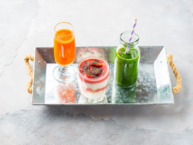 Café da manhã saudável do suco de fruto do iogurte do batido do verde do conceito do alimento imagem de stock