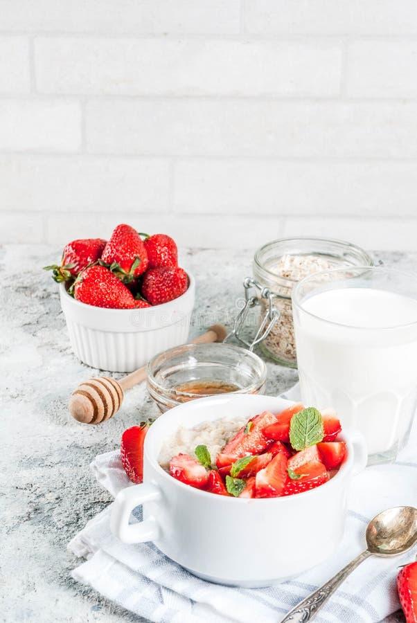 Café da manhã saudável do verão, farinha de aveia durante a noite com strawberr fresco imagem de stock