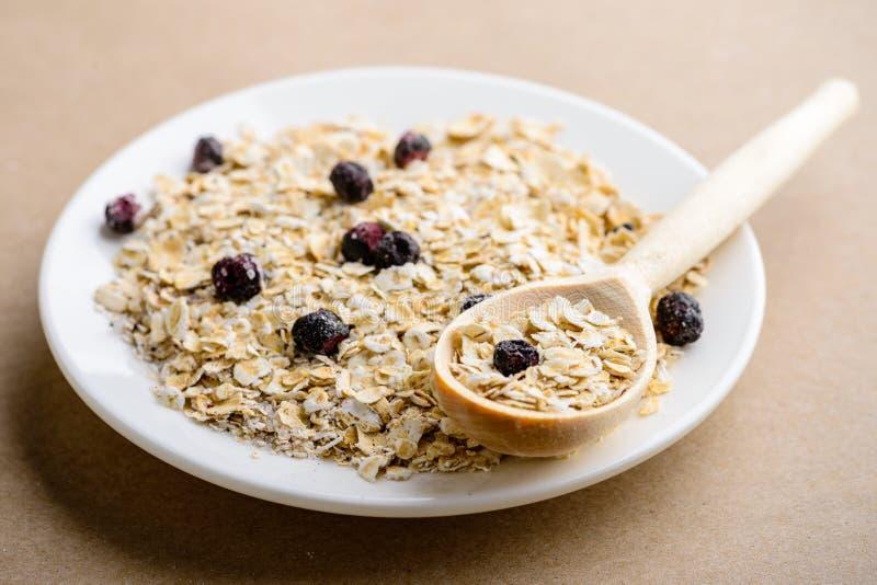 Café da manhã saudável e dietético saboroso: farinha de aveia caseiro com preto fotografia de stock