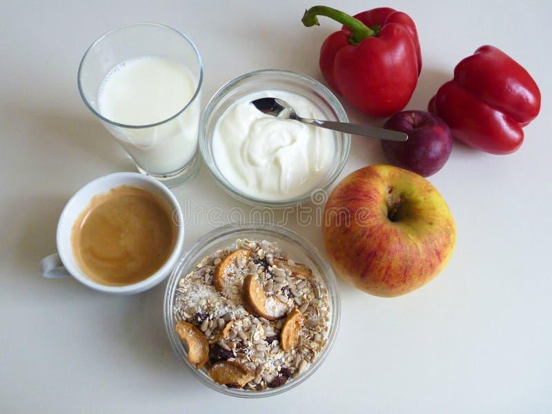 Café da manhã saudável fresco com iogurte e fruto do musli fotografia de stock