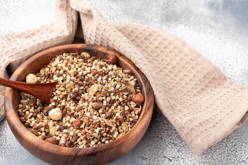 Café da manhã saudável, granola do vegetariano do vegetariano feitos do trigo mourisco verde com porcas e semente de abóbora fotografia de stock