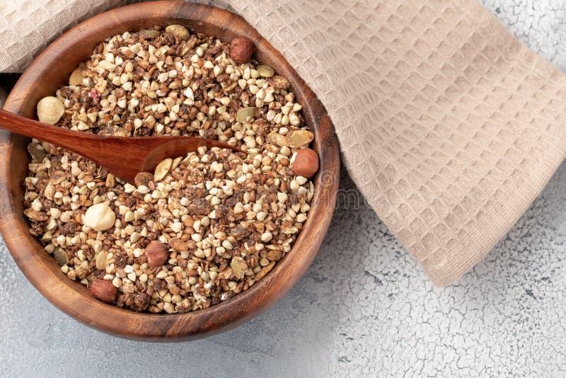 Café da manhã saudável, granola do vegetariano do vegetariano feitos do trigo mourisco verde com porcas e semente de abóbora imagens de stock royalty free