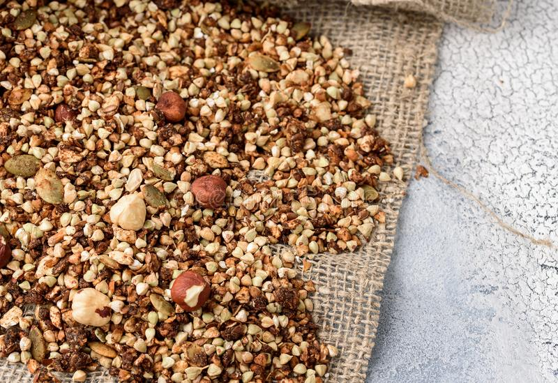 Café da manhã saudável, granola do vegetariano do vegetariano feitos do trigo mourisco verde com porcas e sementes de abóbora imagem de stock
