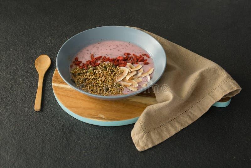 Café da manhã saudável na bacia fotos de stock royalty free