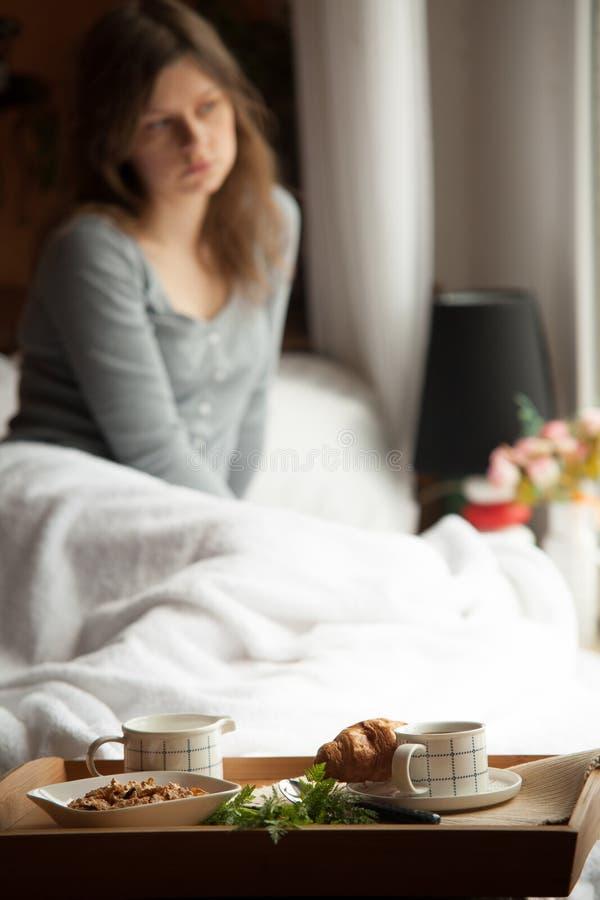 Café da manhã saudável na cama com café fotos de stock royalty free