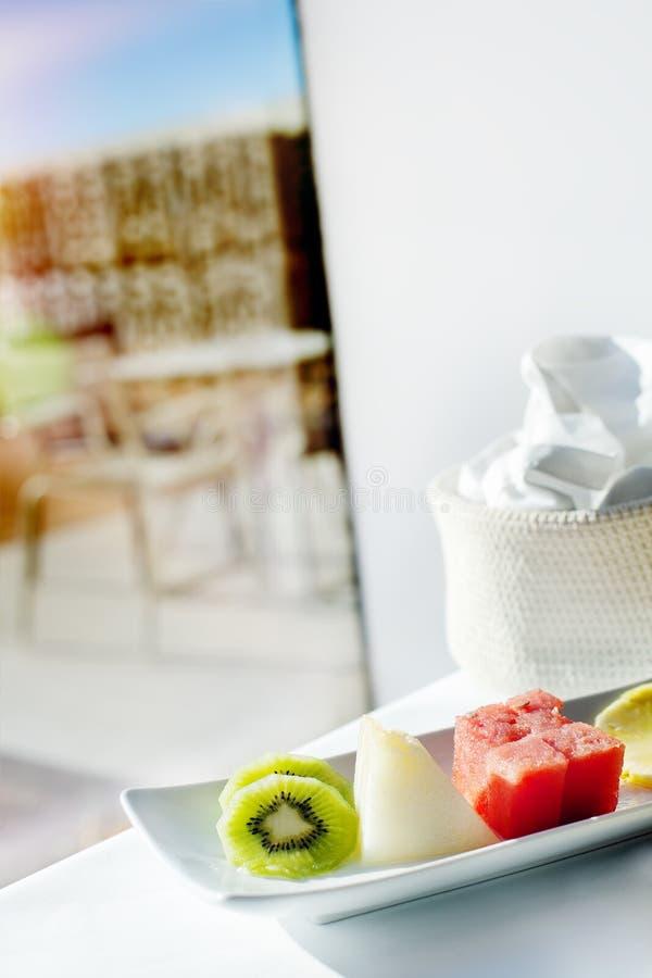 Café da manhã saudável na janela Fruto delicioso com o sol do nascer do sol imagem de stock