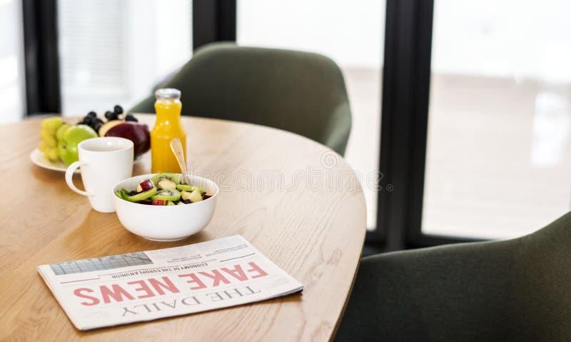 Café da manhã saudável na sala de reunião imagens de stock