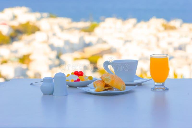 Café da manhã saudável no café exterior com vista surpreendente a Cyclades foto de stock