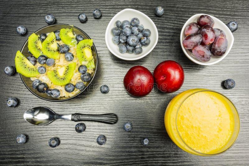 Café da manhã saudável para crianças e adultos Farinha de aveia no leite com foto de stock