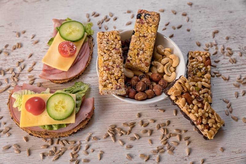 Café da manhã saudável que inclui barras do cereal, frutas e legumes imagem de stock royalty free
