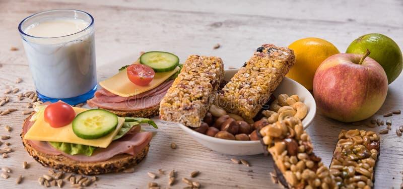 Café da manhã saudável que inclui barras do cereal, frutas e legumes fotos de stock