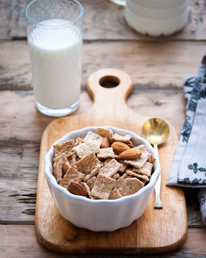 Café da manhã saudável seco com porcas e um vidro do leite foto de stock royalty free