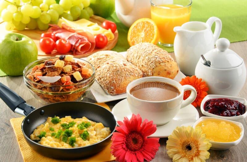 Café da manhã servido com café, suco, ovo, e rolos fotografia de stock royalty free
