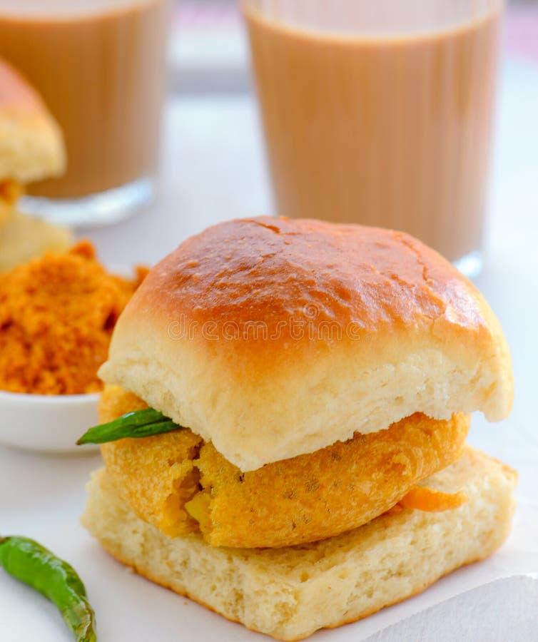 Café da manhã Vada Pav e chai do Marathi imagem de stock royalty free