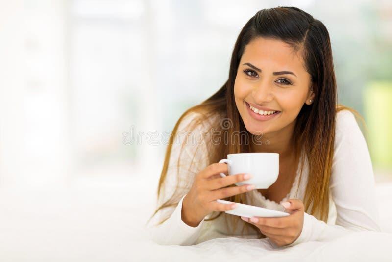 Café da mulher na cama foto de stock