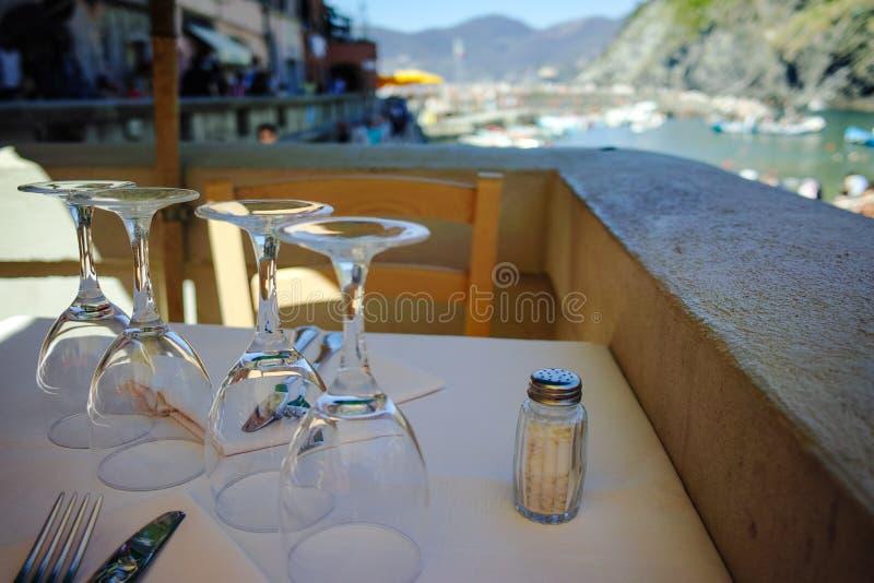 Café da praia, tabela servida para o jantar foto de stock