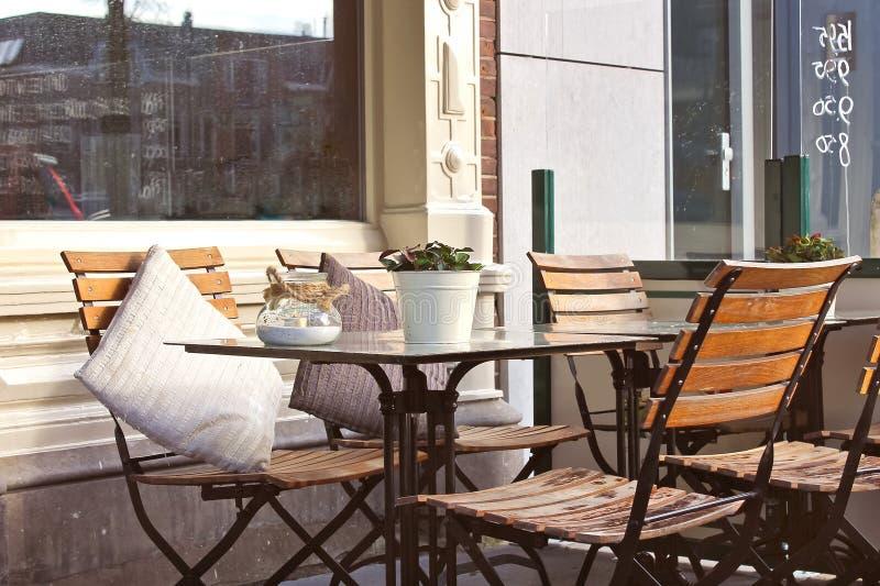 Café da rua da manhã em Gorinchem. fotografia de stock