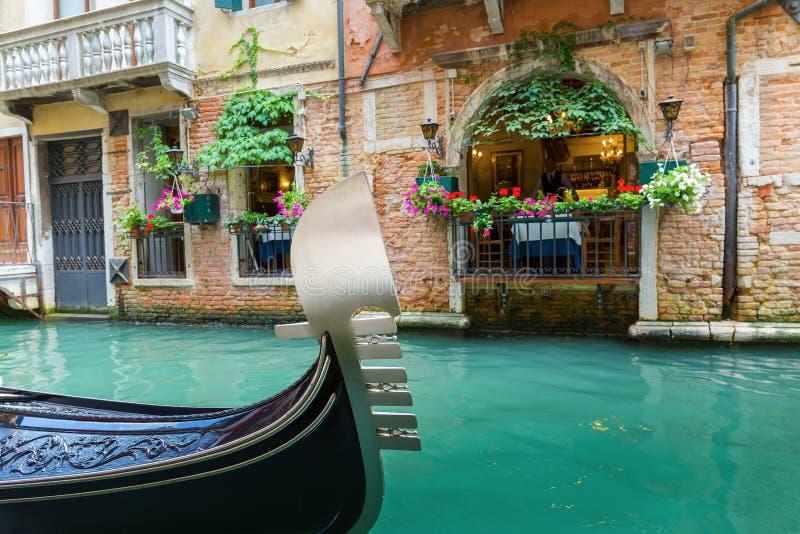 Café da rua no canal em Veneza Itália fotografia de stock royalty free