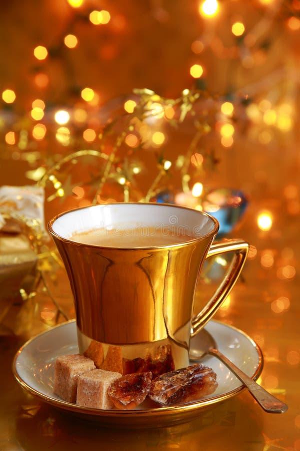 Café dans la cuvette d'or image stock