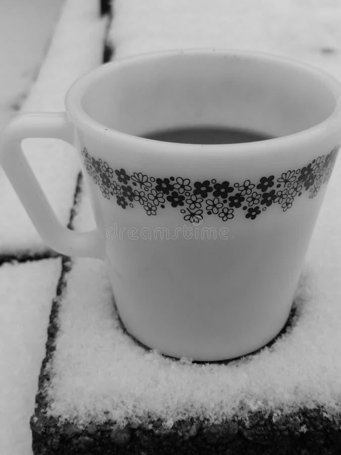 Café dans la neige image libre de droits