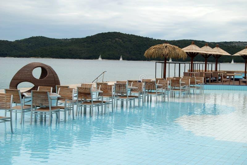 Café dans la piscine sur la plage adriatique images stock