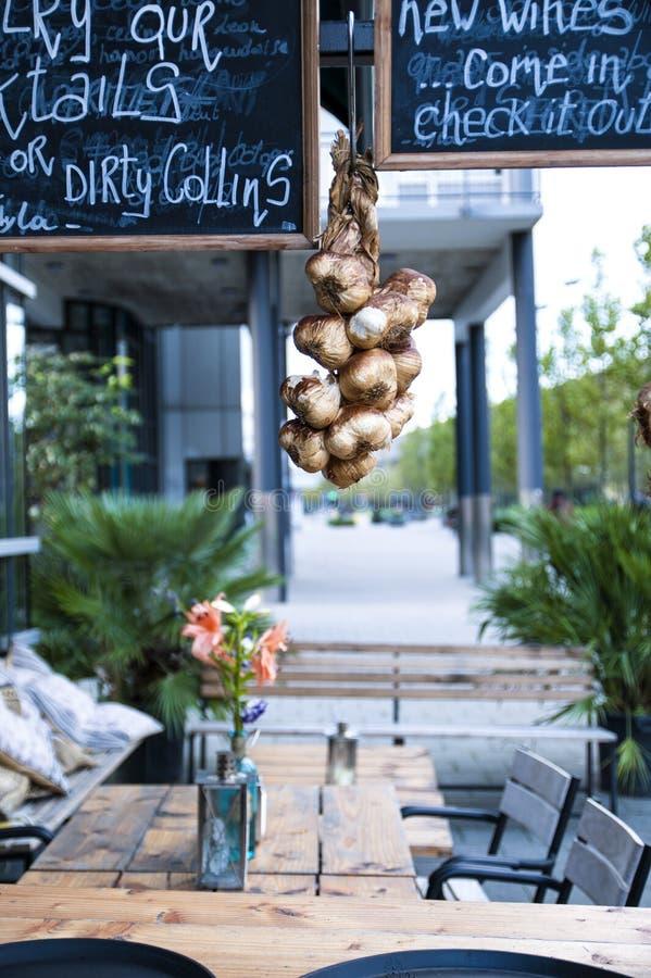 Café dans la rue, beau décor d'automne Voyage et tourisme en Europe images stock