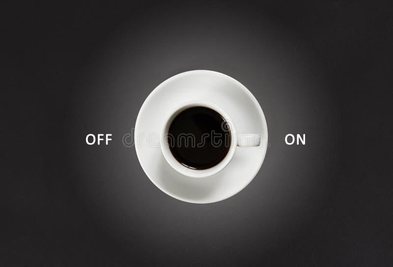 Café dans la tasse blanche avec une inscription en marche et en arrêt sur le fond noir d'ardoise images libres de droits