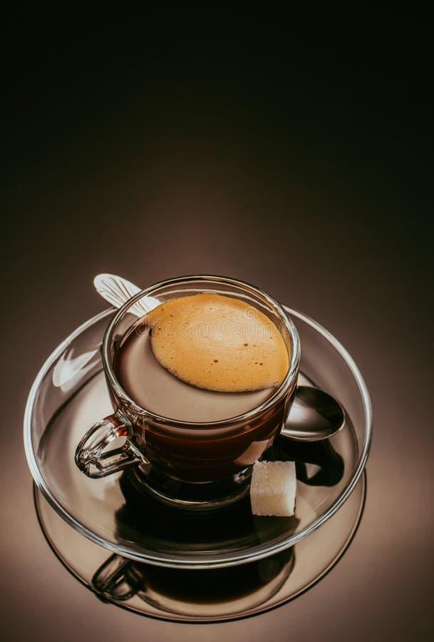 Café dans la tasse en verre sur le fond noir photos libres de droits