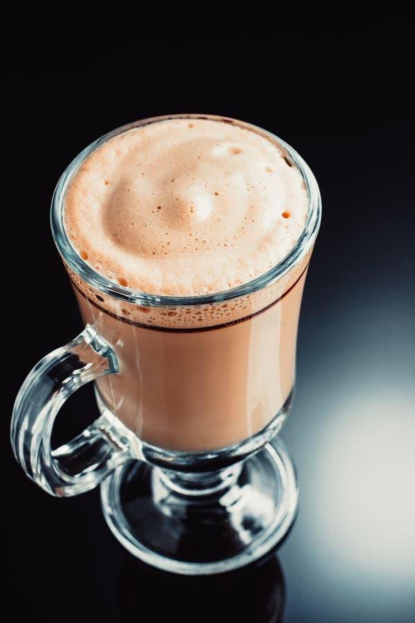Café dans la tasse en verre sur le fond noir photos stock