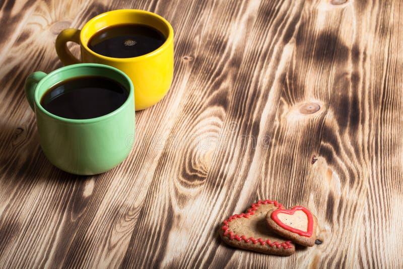 Café dans la tasse sur la table en bois pour le fond photos stock