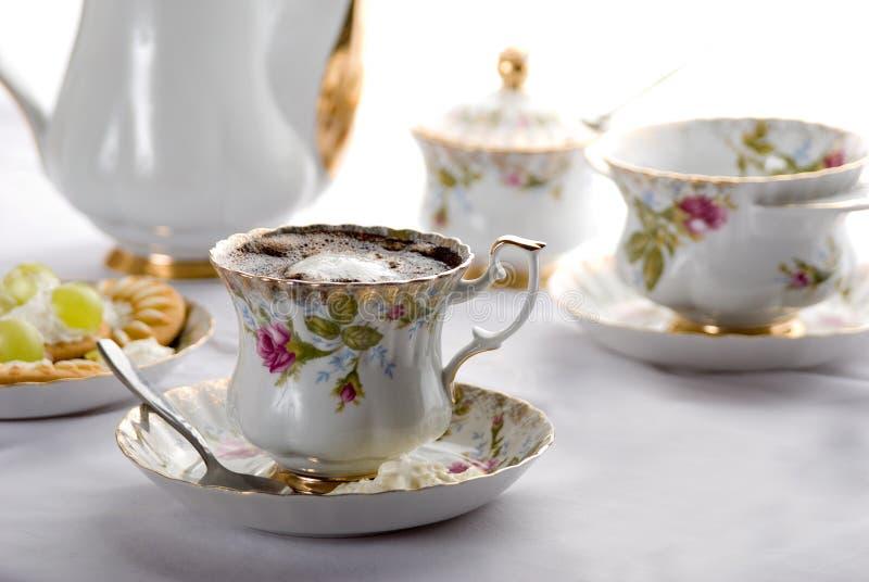 Café dans le bac en céramique. images libres de droits