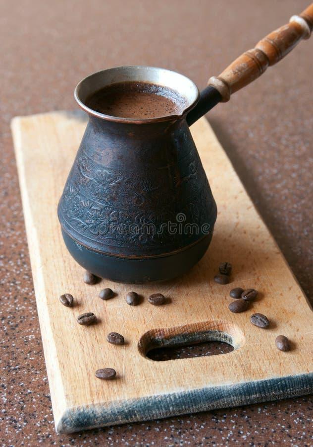 Café dans le cezve photo stock