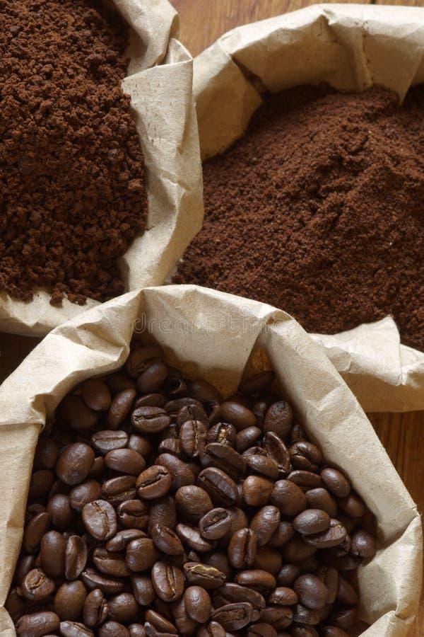 Café dans les sacs images stock