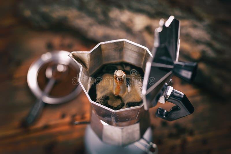 Café dans un pot de moka image stock