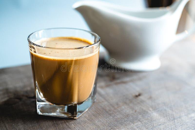 Café dans un verre sur une table en bois images stock