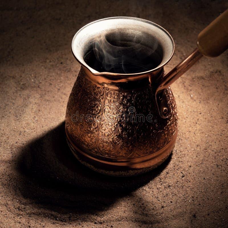Café de ébullition dans le pot de cuivre de brassage de café turc image stock