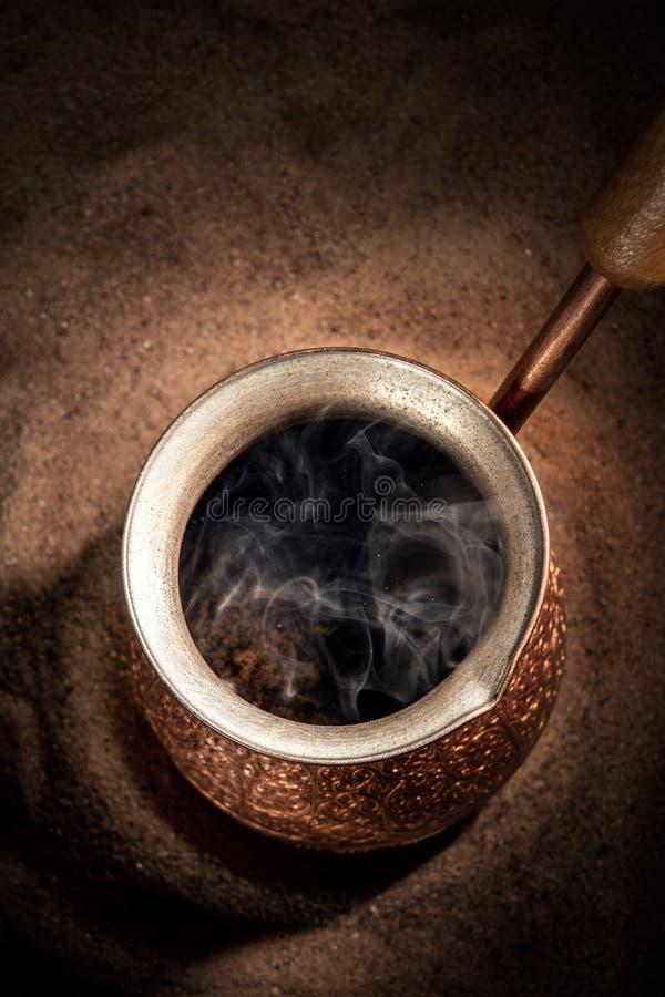 Café de ébullition dans le pot de cuivre de brassage de café turc images libres de droits