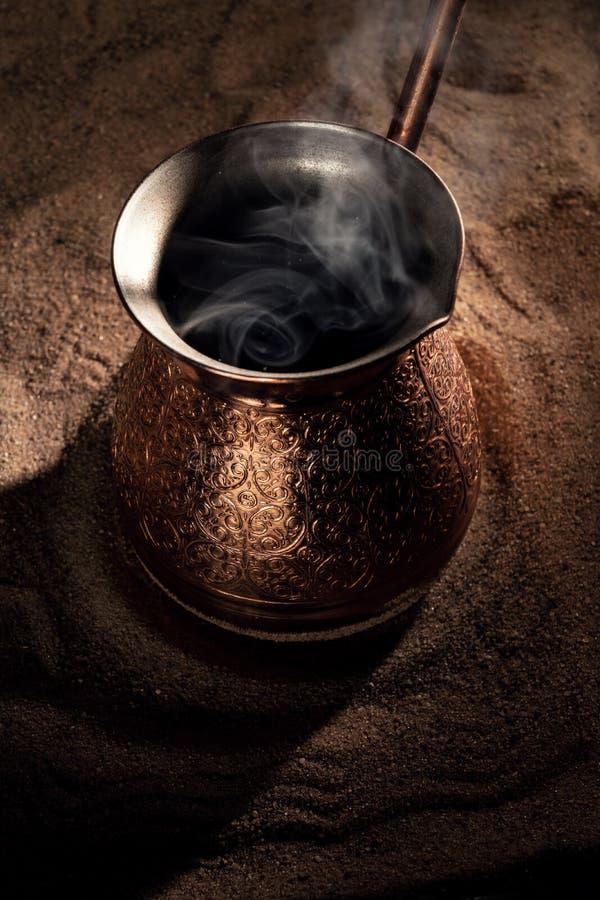 Café de ébullition dans le pot de cuivre de brassage de café turc photo libre de droits