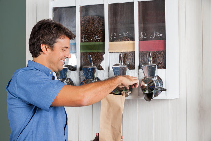 Café de achat d'homme de distributeur automatique dedans images libres de droits