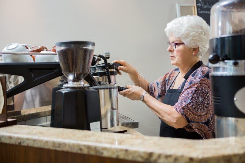 Café de Barista Making Coffee In foto de archivo libre de regalías