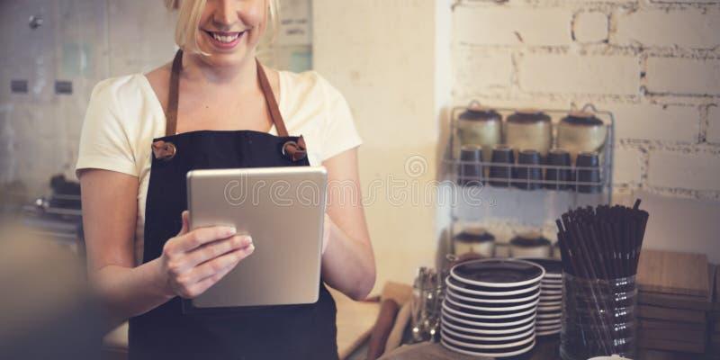 Café de Barista que faz o conceito do serviço da preparação do café imagem de stock royalty free