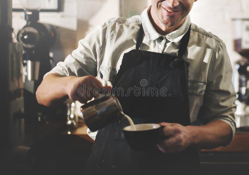 Café de Barista que faz o conceito do serviço da preparação do café imagens de stock