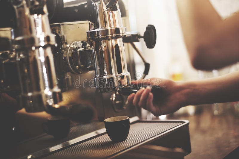 Café de Barista que hace concepto del servicio de la preparación del café foto de archivo libre de regalías