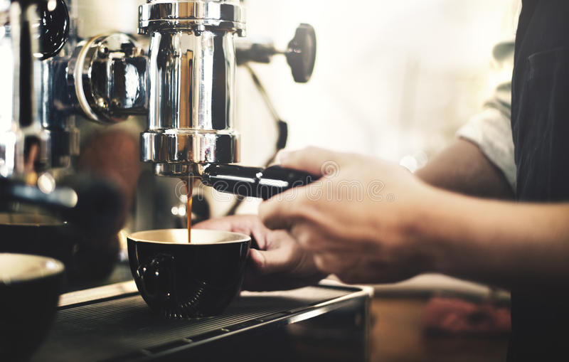 Café de Barista que hace concepto del servicio de la preparación del café imágenes de archivo libres de regalías