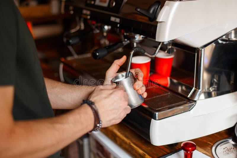 Café de Barista que hace concepto del servicio de la preparación del café foto de archivo