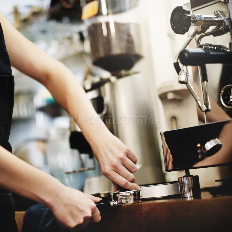 Café de barman faisant le concept de service de préparation de café image stock