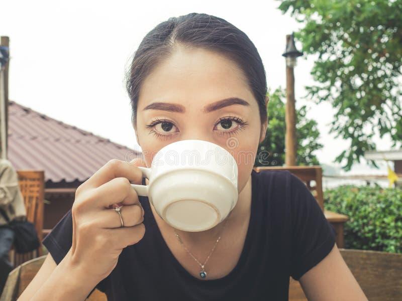 Café de boissons de femme dans la station de vacances photos stock